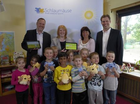 Spendenübergabe Schlaumäuse-Tablets in Neukölln
